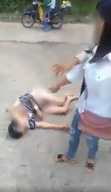 Xôn xao cảnh người phụ nữ bị nhóm người đánh ghen, cắt tóc, lột sạch đồ ngay giữa đường-5