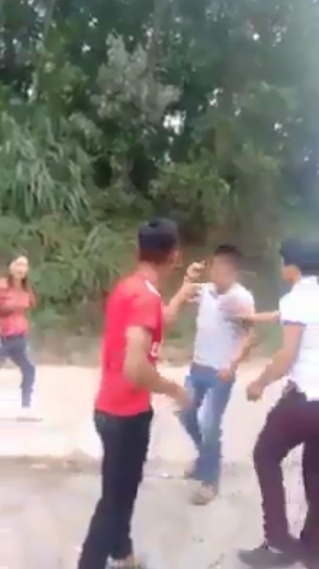 Xôn xao cảnh người phụ nữ bị nhóm người đánh ghen, cắt tóc, lột sạch đồ ngay giữa đường-7