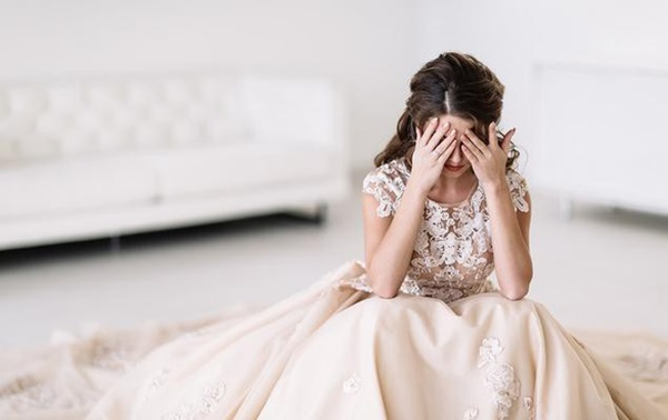 Cô dâu mới bỏ tân hôn, kéo vali ra thẳng bến xe ngay ngày đầu ở nhà chồng vì tình cờ nghe được cuộc trò chuyện lúc đếm phong bì-1