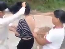 Xôn xao cảnh người phụ nữ bị nhóm người đánh ghen, cắt tóc, lột sạch đồ ngay giữa đường