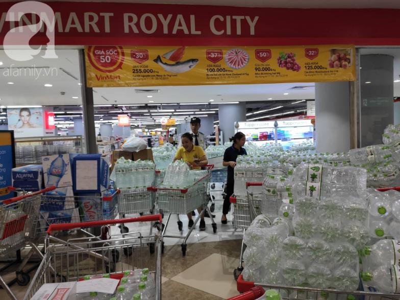 Người dân Hà Nội quét sạch các siêu thị để tích trữ nước khoáng đóng chai sau sự cố nước sinh hoạt nhiễm dầu-4