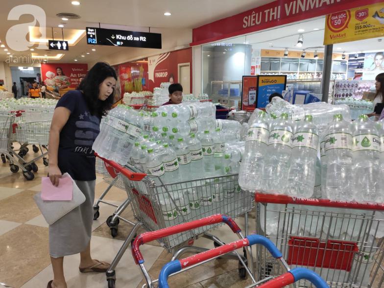Người dân Hà Nội quét sạch các siêu thị để tích trữ nước khoáng đóng chai sau sự cố nước sinh hoạt nhiễm dầu-6