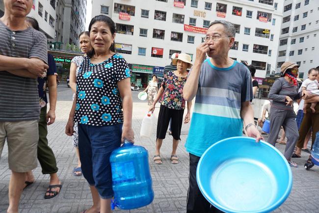 Cư dân chung cư Linh Đàm lo lắng khi nước sạch được cấp miễn phí có mùi tanh, màu lạ-1