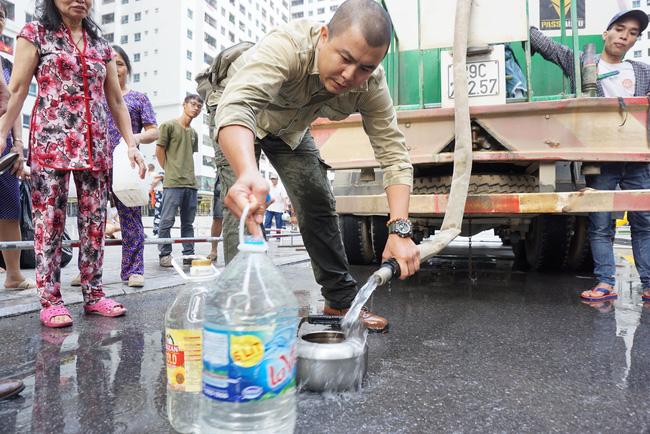 Cư dân chung cư Linh Đàm lo lắng khi nước sạch được cấp miễn phí có mùi tanh, màu lạ-3