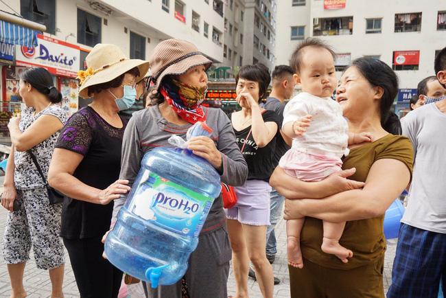 Cư dân chung cư Linh Đàm lo lắng khi nước sạch được cấp miễn phí có mùi tanh, màu lạ-2