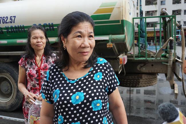 Cư dân chung cư Linh Đàm lo lắng khi nước sạch được cấp miễn phí có mùi tanh, màu lạ-6