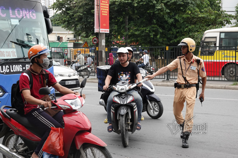 Vội vã quặt xe chạy trốn cảnh sát 141, cô gái nổi nhất phố Hà Nội-3