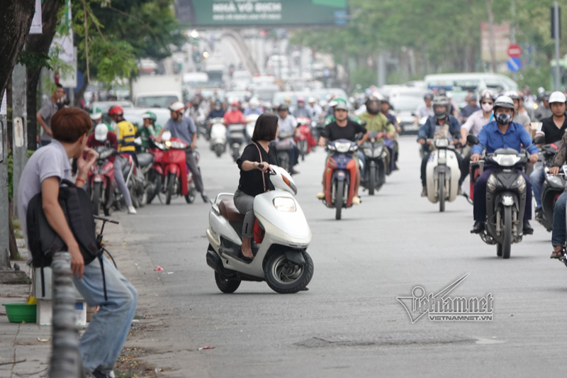 Vội vã quặt xe chạy trốn cảnh sát 141, cô gái nổi nhất phố Hà Nội-13