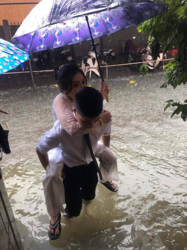 Em gái mưa phiên bản lũ lụt: Câu chuyện đằng sau bức ảnh chú rể cõng cô dâu đứng giữa biển nước đang nổi rần rần MXH-2
