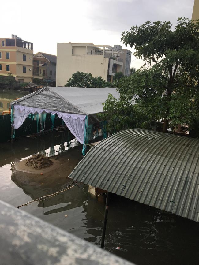 Em gái mưa phiên bản lũ lụt: Câu chuyện đằng sau bức ảnh chú rể cõng cô dâu đứng giữa biển nước đang nổi rần rần MXH-4