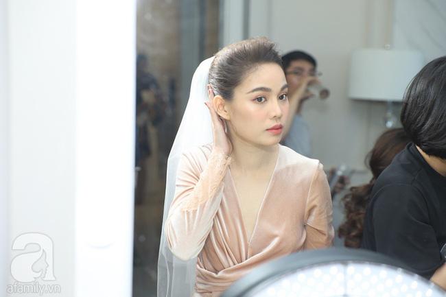Lễ ăn hỏi của Giang Hồng Ngọc tại nhà riêng: Không gian trang nhã phủ đầy hoa tươi, cô dâu xinh đẹp vừa dịu dàng vừa gợi cảm-3