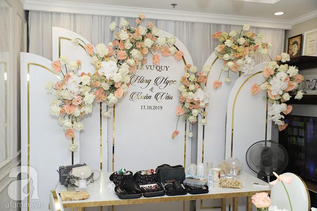 Lễ ăn hỏi của Giang Hồng Ngọc tại nhà riêng: Không gian trang nhã phủ đầy hoa tươi, cô dâu xinh đẹp vừa dịu dàng vừa gợi cảm-15