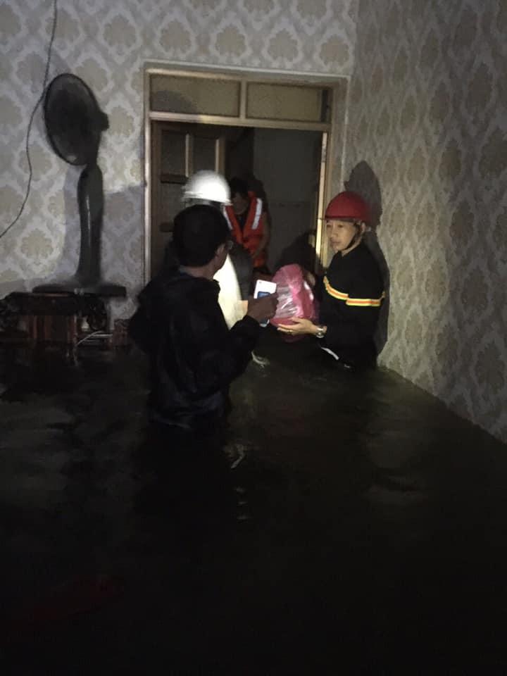 Mẹ ôm con 18 tháng tuổi ngồi trên nóc tủ vì nước ngập ngang nhà, sợ hãi gọi công an giải cứu-1