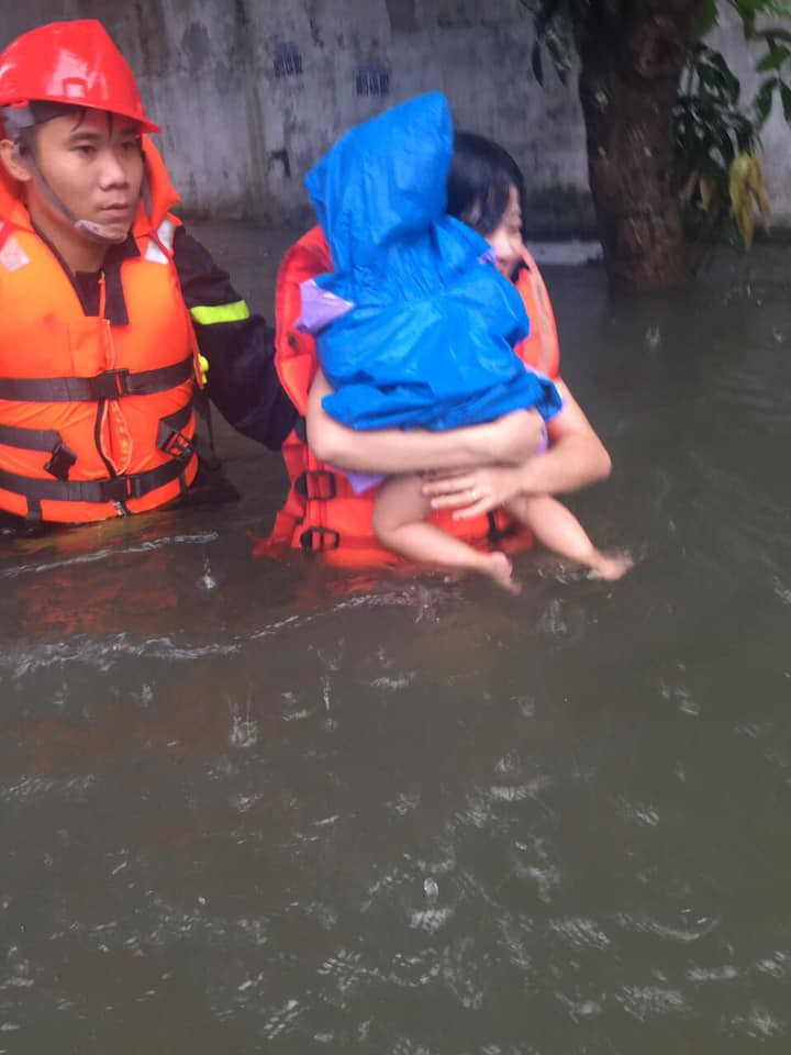 Mẹ ôm con 18 tháng tuổi ngồi trên nóc tủ vì nước ngập ngang nhà, sợ hãi gọi công an giải cứu-2