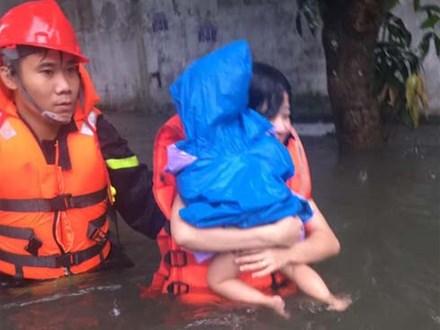 Mẹ ôm con 18 tháng tuổi ngồi trên nóc tủ vì nước ngập ngang nhà, sợ hãi gọi công an giải cứu