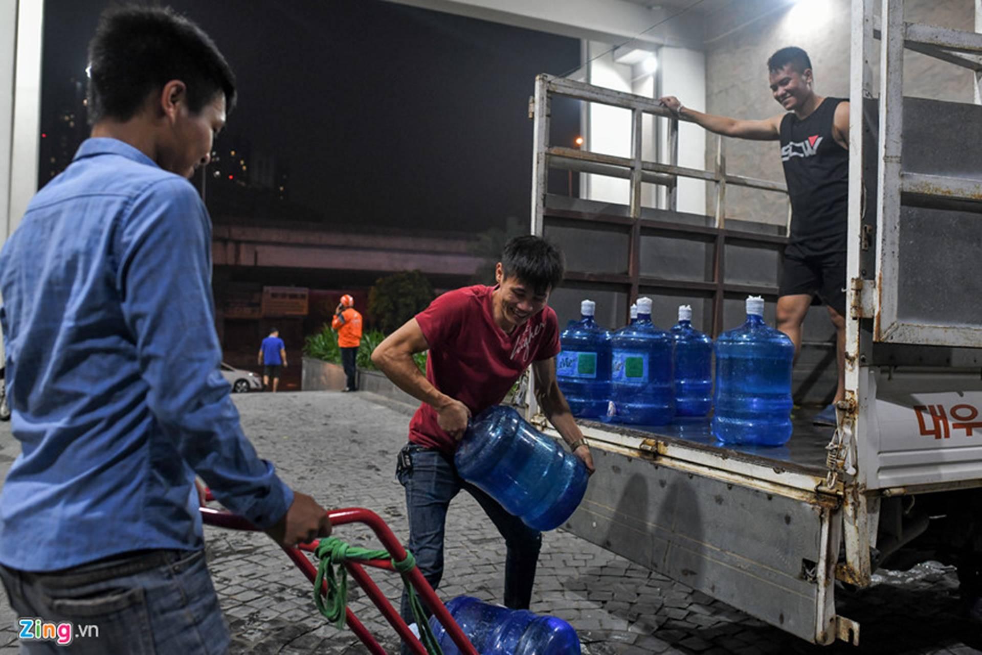 Cuộc sống người Hà Nội đảo lộn trong cơn khủng hoảng nước-19