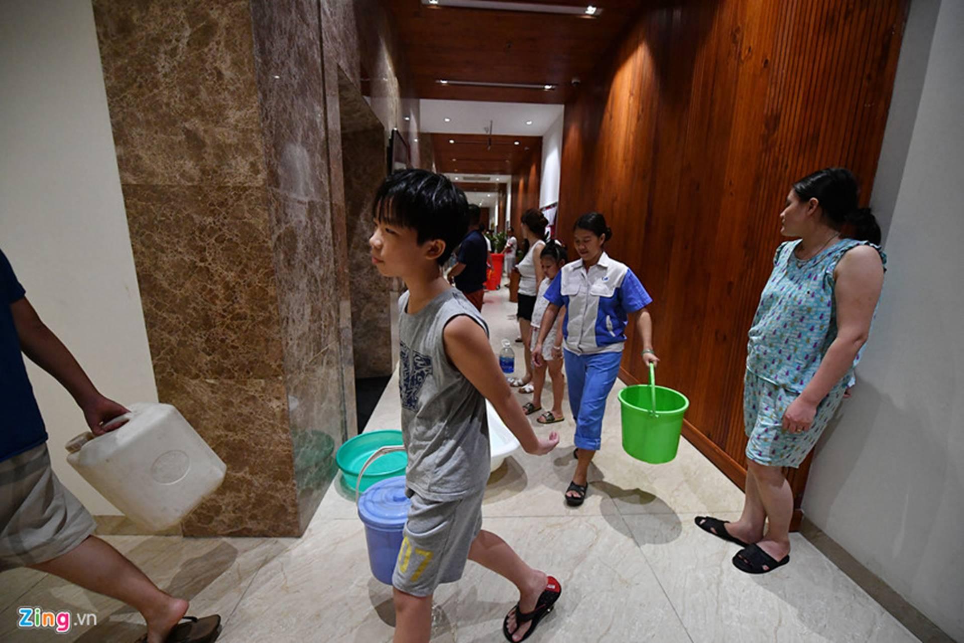 Cuộc sống người Hà Nội đảo lộn trong cơn khủng hoảng nước-26