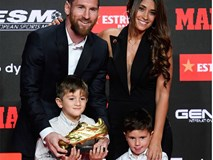 Cậu ấm đáng yêu nhà Messi vô tư chiếm luôn sân khấu ngày trọng đại của cha bằng hành động cực đáng yêu này
