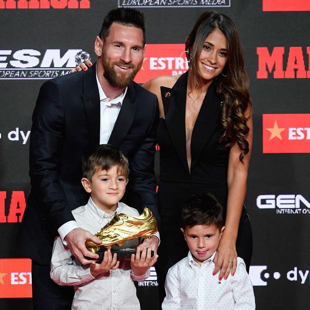 Cậu ấm đáng yêu nhà Messi vô tư chiếm luôn sân khấu ngày trọng đại của cha bằng hành động cực đáng yêu này-1