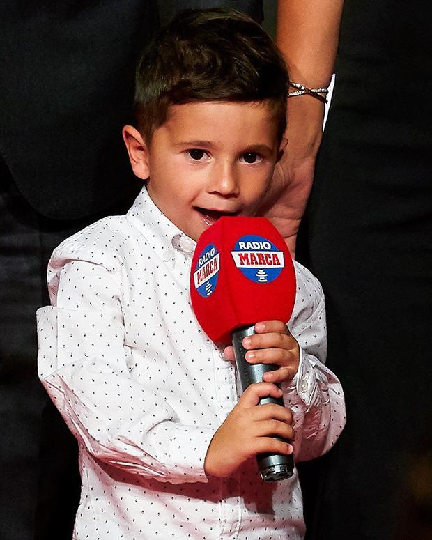 Cậu ấm đáng yêu nhà Messi vô tư chiếm luôn sân khấu ngày trọng đại của cha bằng hành động cực đáng yêu này-2