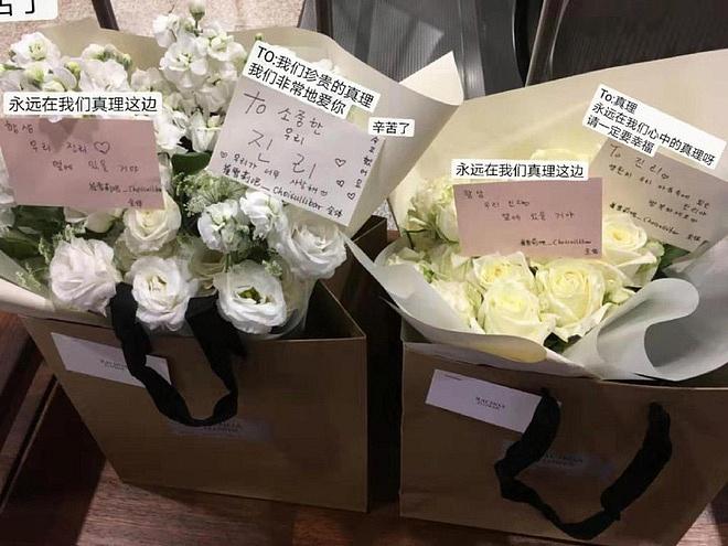 Xúc động hình ảnh bó hoa 26 bông hồng trắng fan Trung lặn lội sang Hàn gửi tặng tiễn biệt lần cuối tới Sulli-1