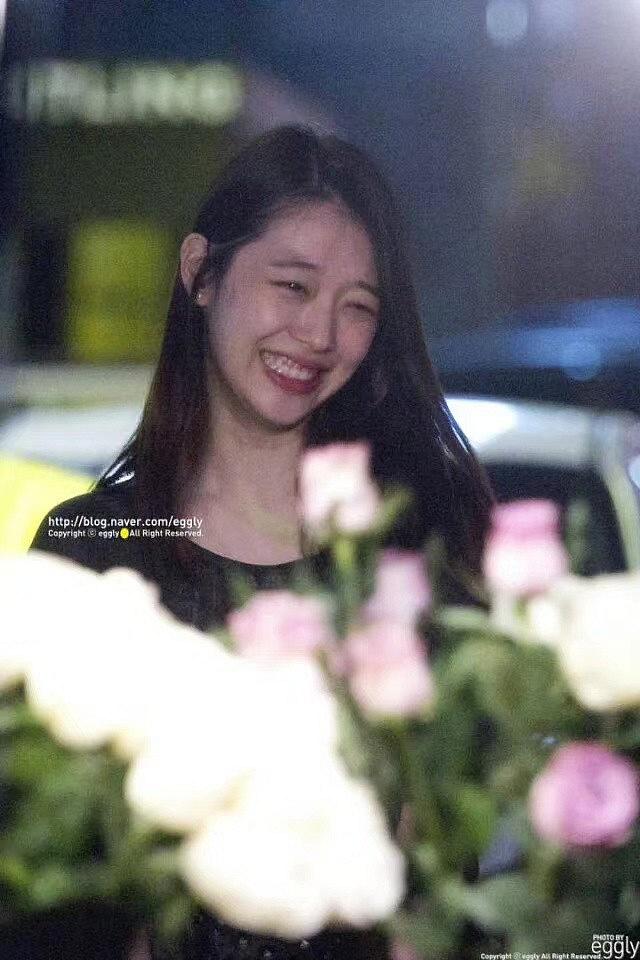 Xúc động hình ảnh bó hoa 26 bông hồng trắng fan Trung lặn lội sang Hàn gửi tặng tiễn biệt lần cuối tới Sulli-4