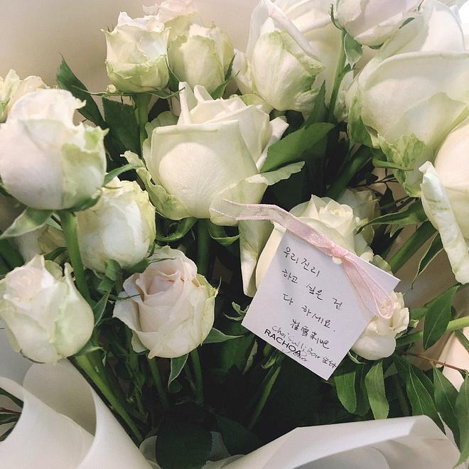 Xúc động hình ảnh bó hoa 26 bông hồng trắng fan Trung lặn lội sang Hàn gửi tặng tiễn biệt lần cuối tới Sulli-2