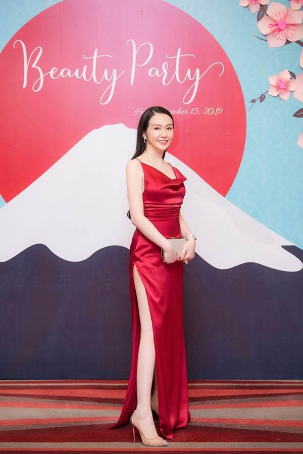 Vừa sinh con thứ 3 được 2 tháng, vợ Tuấn Hưng tự tin diện váy xẻ táo bạo-2