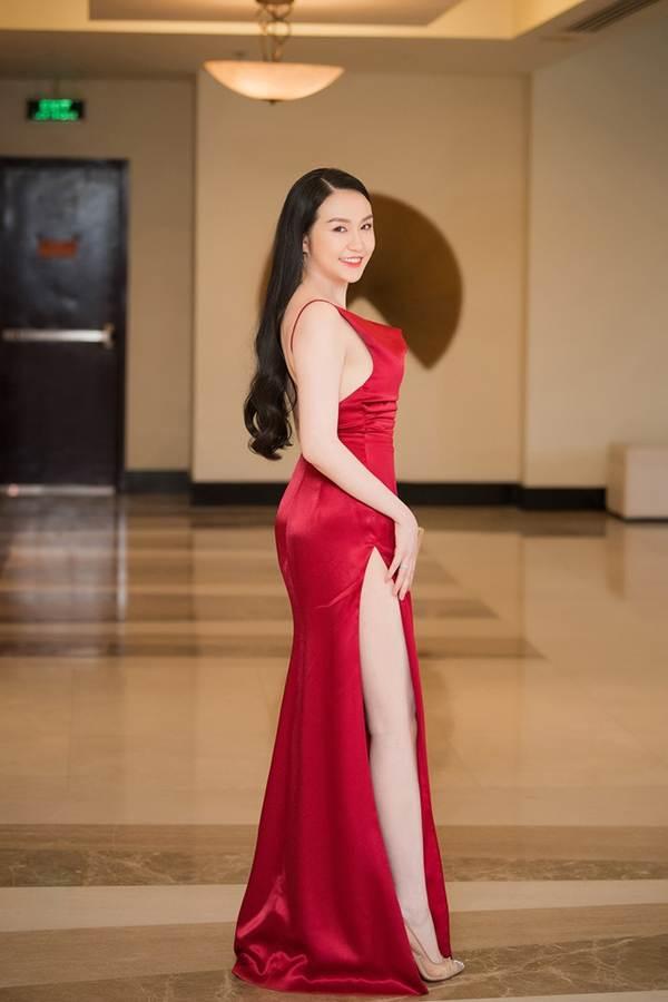 Vừa sinh con thứ 3 được 2 tháng, vợ Tuấn Hưng tự tin diện váy xẻ táo bạo-4