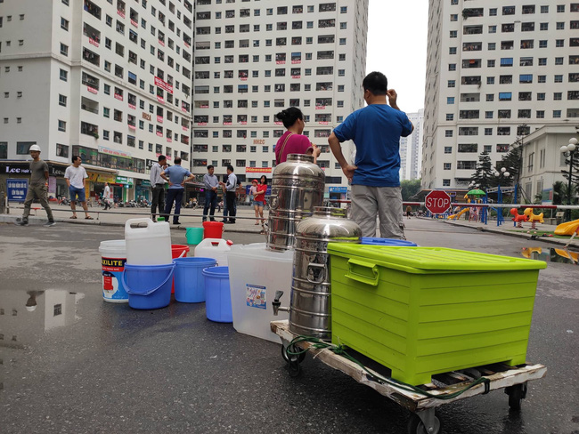 Hà Nội những ngày thiếu nước sạch: Dân công sở cắm rễ tại văn phòng, cư dân xuống hồ bơi để giặt giũ, lấy nước sinh hoạt-2