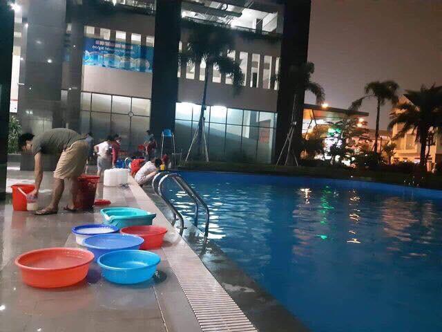 Hà Nội những ngày thiếu nước sạch: Dân công sở cắm rễ tại văn phòng, cư dân xuống hồ bơi để giặt giũ, lấy nước sinh hoạt-3