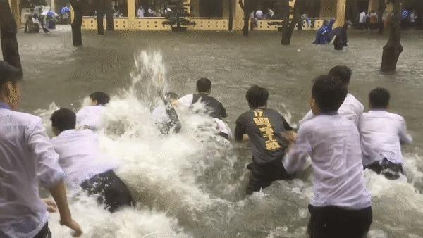 Đi học mùa mưa lũ, học sinh Nghệ An bơi lội thỏa thích giữa sân trường-1