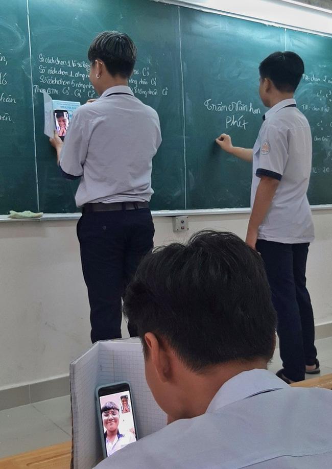 Bị gọi lên bảng nhưng không biết làm bài, cậu học sinh nghĩ ra độc chiêu cầu cứu bạn học cực khó đỡ-1
