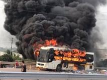 Xe khách bốc cháy dữ dội, tài xế hô hoán hành khách tháo chạy thoát thân