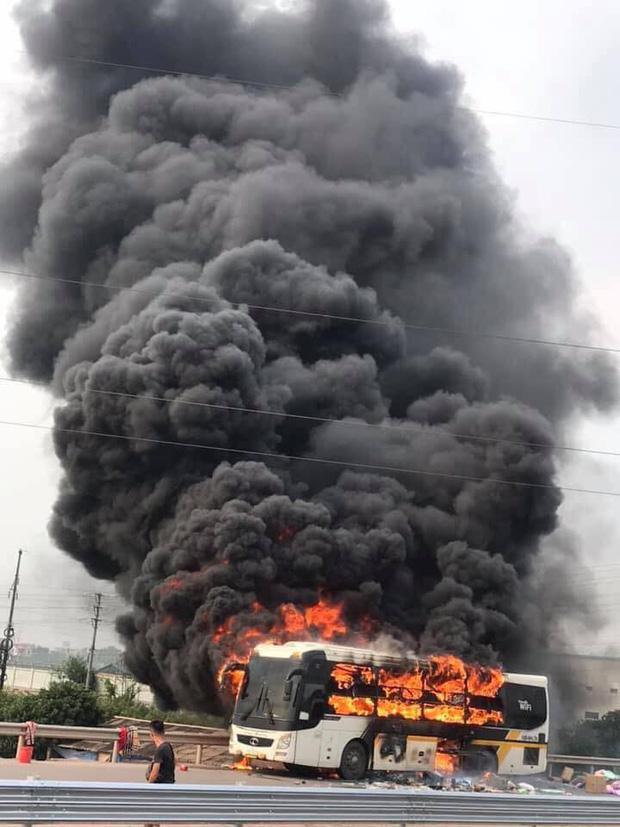 Xe khách bốc cháy dữ dội, tài xế hô hoán hành khách tháo chạy thoát thân-1