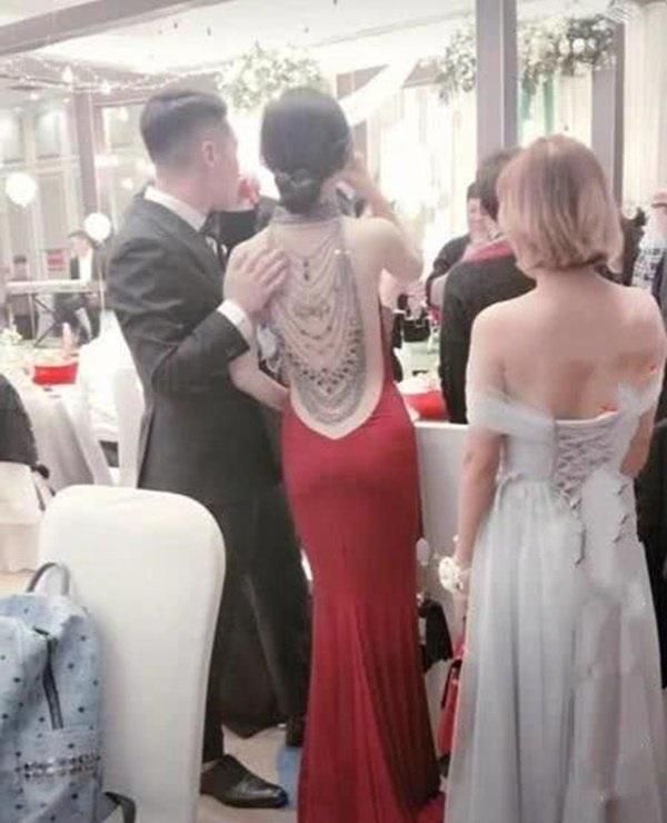 Cô dâu gây xao xuyến với tấm lưng nõn nà, vừa quay mặt mọi người liền chúc mừng chú rể-2