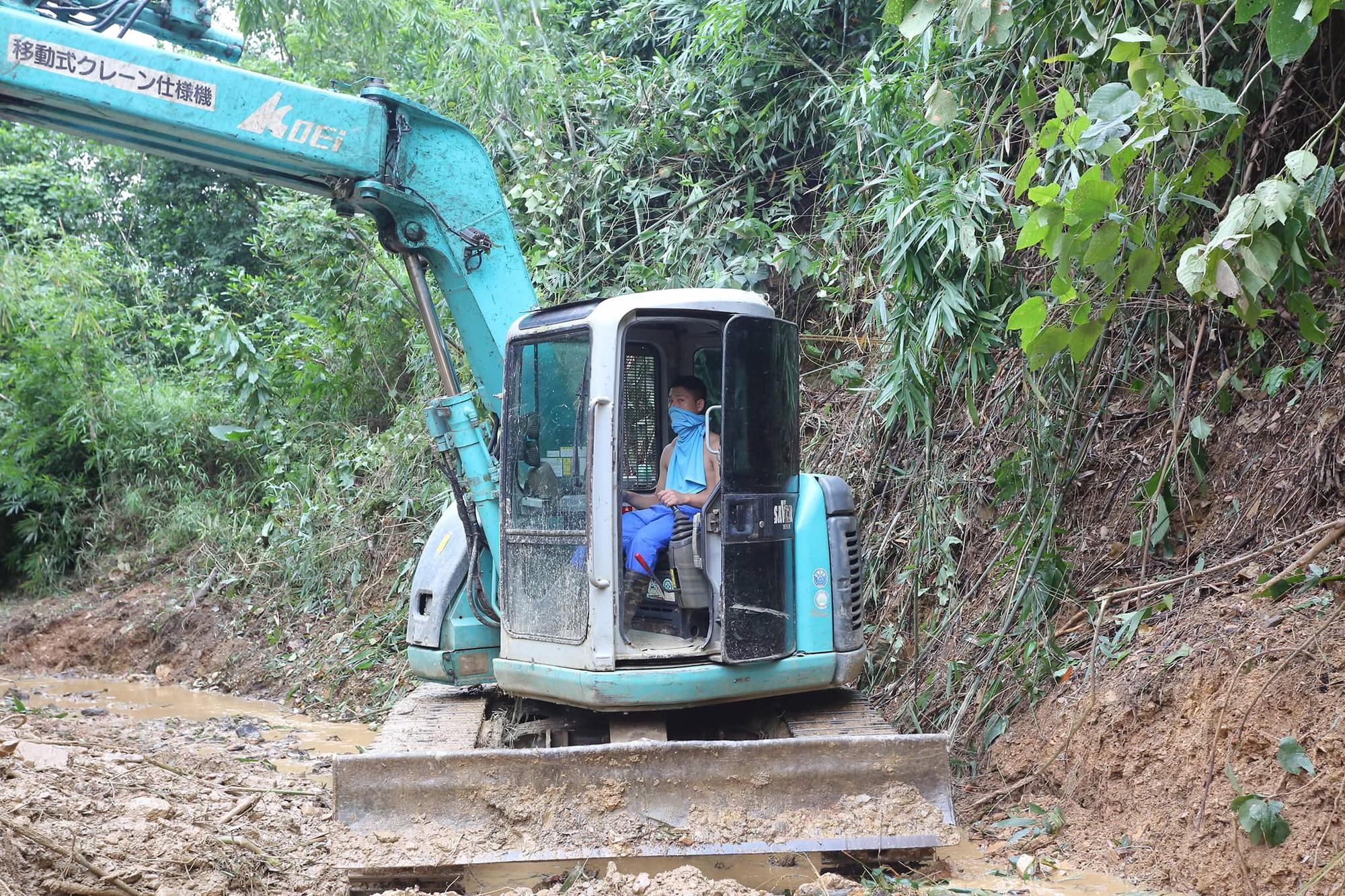 Hiện trường vụ đổ trộm dầu xuống sông Đà: Công nhân nạo vét bịt mũi vì mùi hôi, khét bốc lên nồng nặc-10