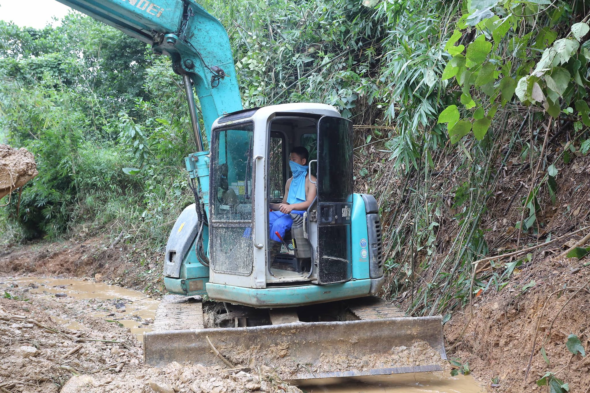 Hiện trường vụ đổ trộm dầu xuống sông Đà: Công nhân nạo vét bịt mũi vì mùi hôi, khét bốc lên nồng nặc-11