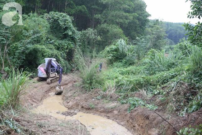 Hiện trường vụ đổ trộm dầu xuống sông Đà: Công nhân nạo vét bịt mũi vì mùi hôi, khét bốc lên nồng nặc-12