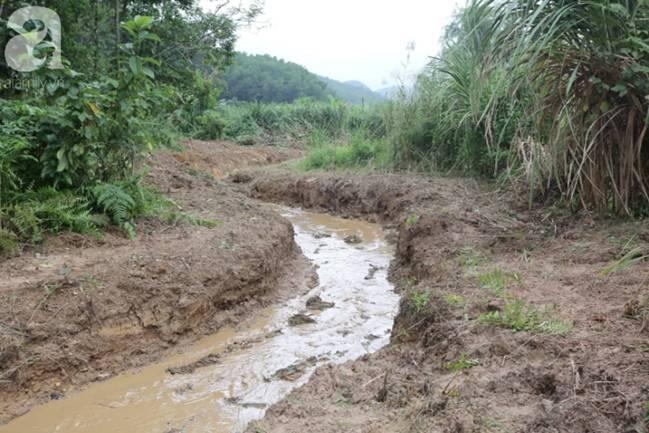 Hiện trường vụ đổ trộm dầu xuống sông Đà: Công nhân nạo vét bịt mũi vì mùi hôi, khét bốc lên nồng nặc-13