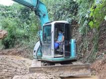 Hiện trường vụ đổ trộm dầu xuống sông Đà: Công nhân nạo vét bịt mũi vì mùi hôi, khét bốc lên nồng nặc