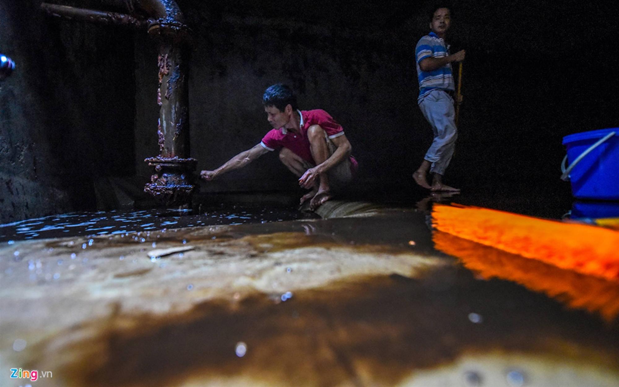 Nước đen kịt, mùi dầu nồng nặc khi thau rửa bể chung cư Hà Nội-2