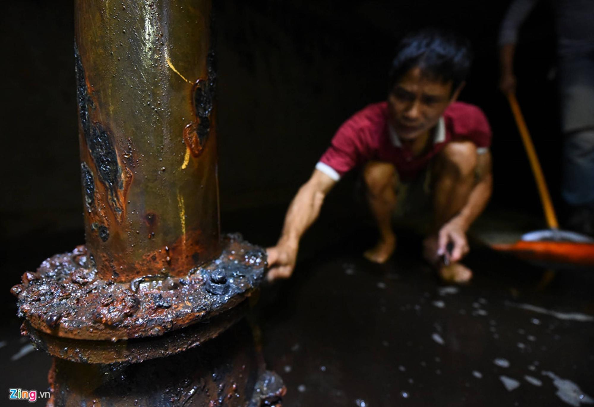 Nước đen kịt, mùi dầu nồng nặc khi thau rửa bể chung cư Hà Nội-4