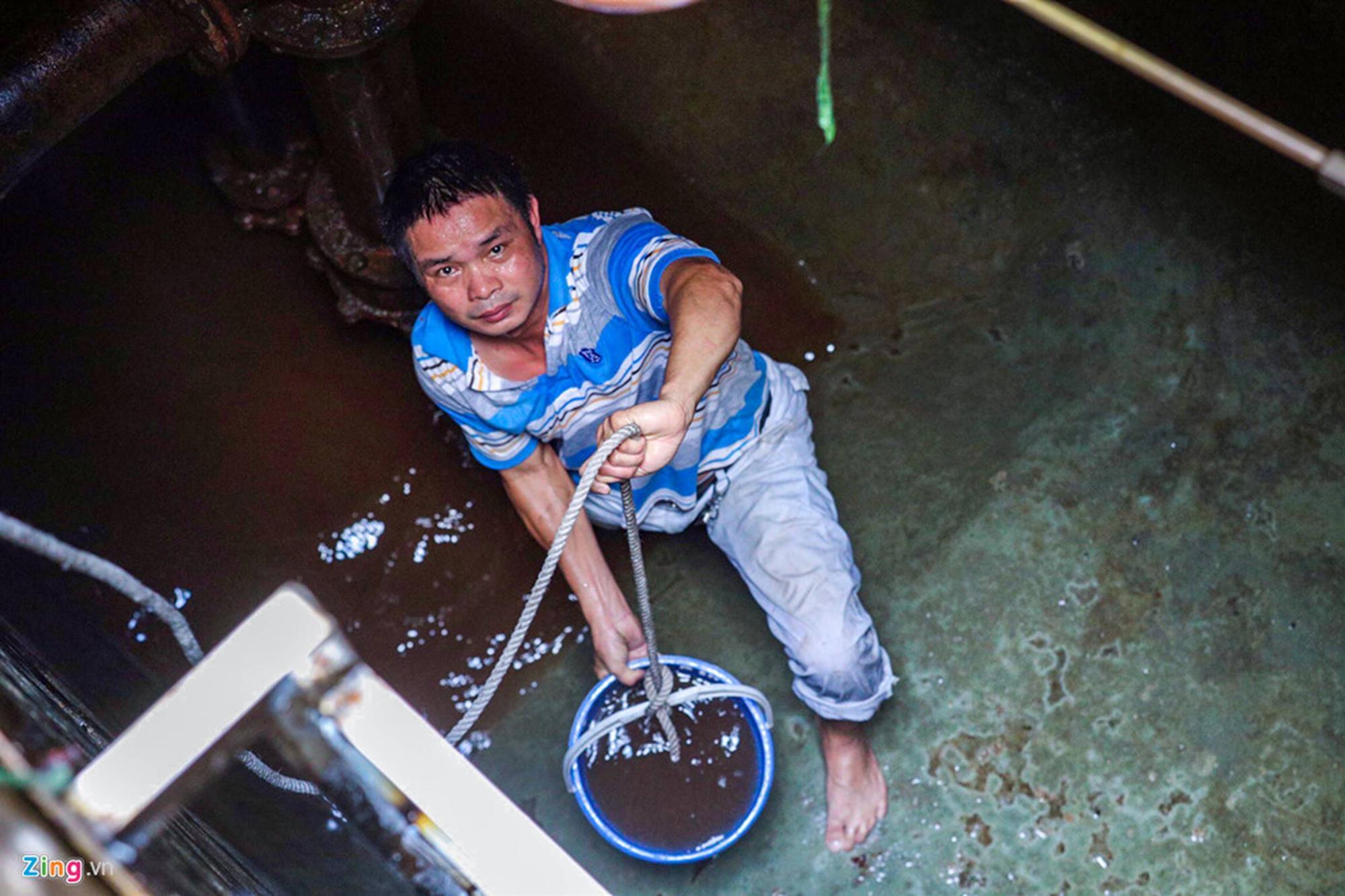 Nước đen kịt, mùi dầu nồng nặc khi thau rửa bể chung cư Hà Nội-9