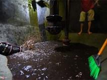 Nước đen kịt, mùi dầu nồng nặc khi thau rửa bể chung cư Hà Nội