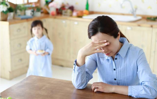 Nghe tin con gái ở nhà một mình bị ngã gãy tay, tôi tức giận mắng vợ thì bác sĩ lại bảo: Vợ cậu cũng cần khám khiến tôi hoang mang tột độ-2