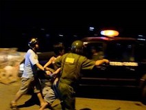 Người đàn ông dí dao doạ cướp nửa triệu đồng của thanh niên 9X bán hủ tiếu ở Sài Gòn