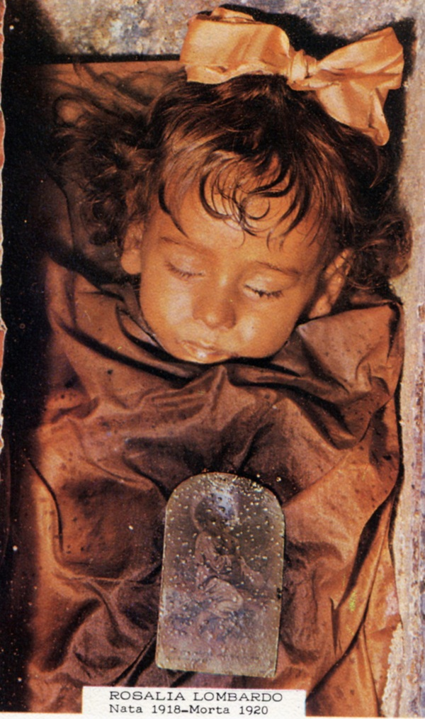 Bí ẩn về thiên thần say ngủ: Xác ướp bé gái gần trăm năm vẫn còn chớp mắt khiến ai cũng lạnh người-2