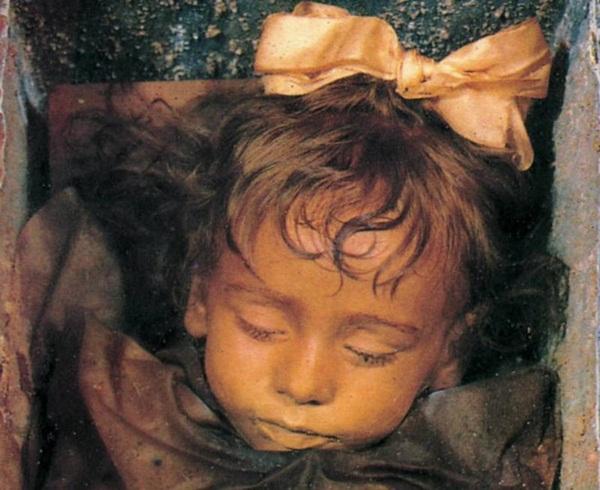 Bí ẩn về thiên thần say ngủ: Xác ướp bé gái gần trăm năm vẫn còn chớp mắt khiến ai cũng lạnh người-4