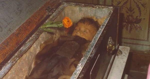 Bí ẩn về thiên thần say ngủ: Xác ướp bé gái gần trăm năm vẫn còn chớp mắt khiến ai cũng lạnh người-5